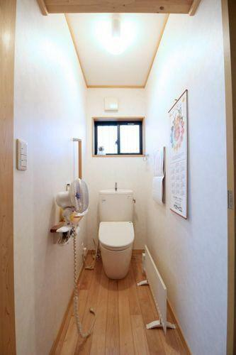 トイレ 収納棚付きのトイレです