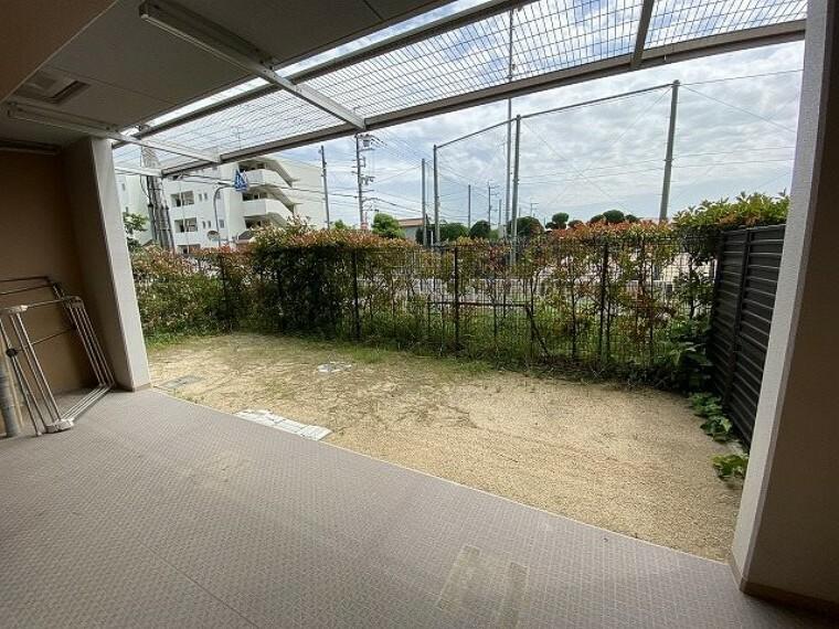 バルコニー テラス・専用庭(南側)正面は学校で、車通りも多くありません。