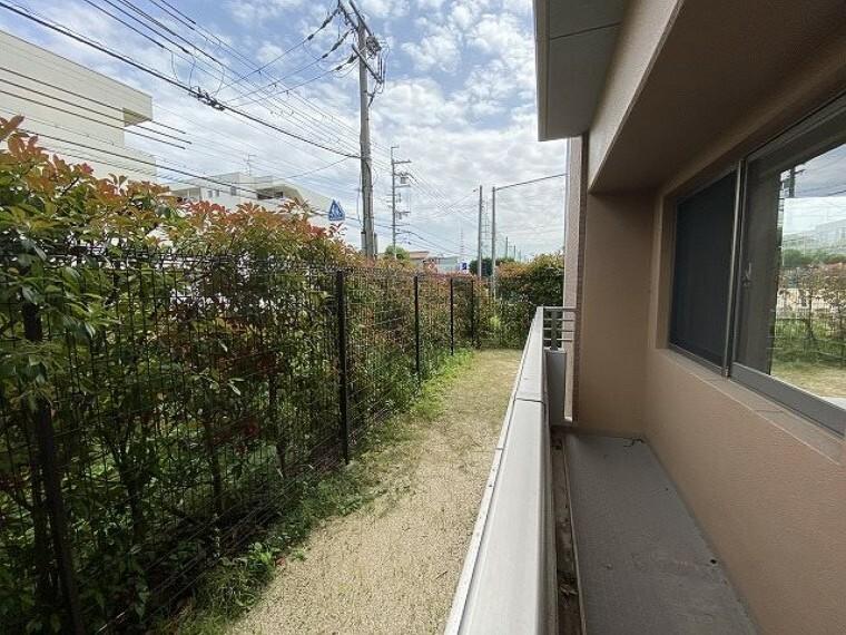 庭 専用庭(東側)植樹が目隠しをしてくれるので、プライバシーが守られます。