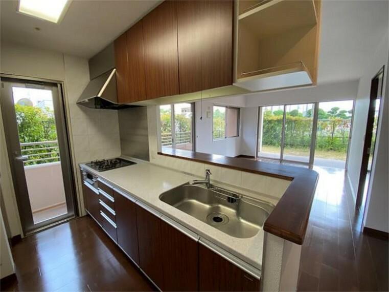 キッチン ご家族との繋がりを大切にしつつ、生活感が出やすいスペースを隠してくれるセミオープンのキッチンです