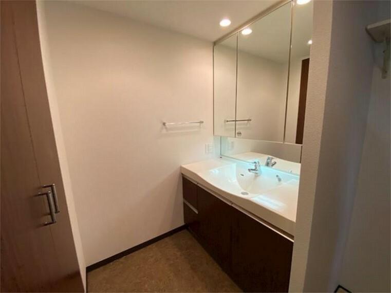 洗面化粧台 洗面化粧台 使いやすいワイドな洗面台です。三面鏡裏にも収納たっぷり!