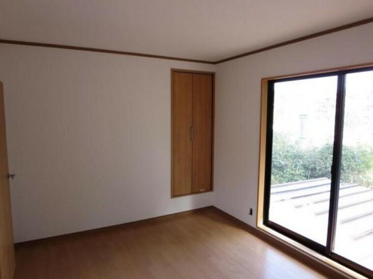 洋室 【リフォーム中】現状二階の階段横にある洋室です。壁・天井はクリーニングを行い、床にはワックスがけを行います。