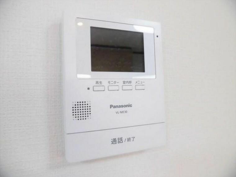 専用部・室内写真 【同仕様写真】新しく設置するドアホンはカラーモニター付き。LDKに設置のモニターで玄関にいらしたお客様を確認してから応対できます。留守中の来客も記録できるので防犯面でも安心ですね。