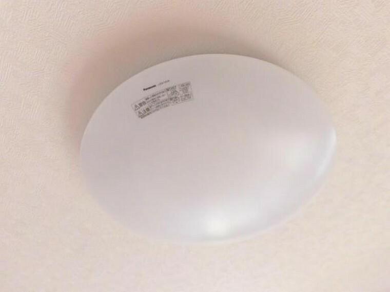 専用部・室内写真 【同仕様写真】光源寿命約40000時間でランプ交換不要。虫・ホコリの入りにくい構造になっています。リモコンも付属しているので楽に操作できます。