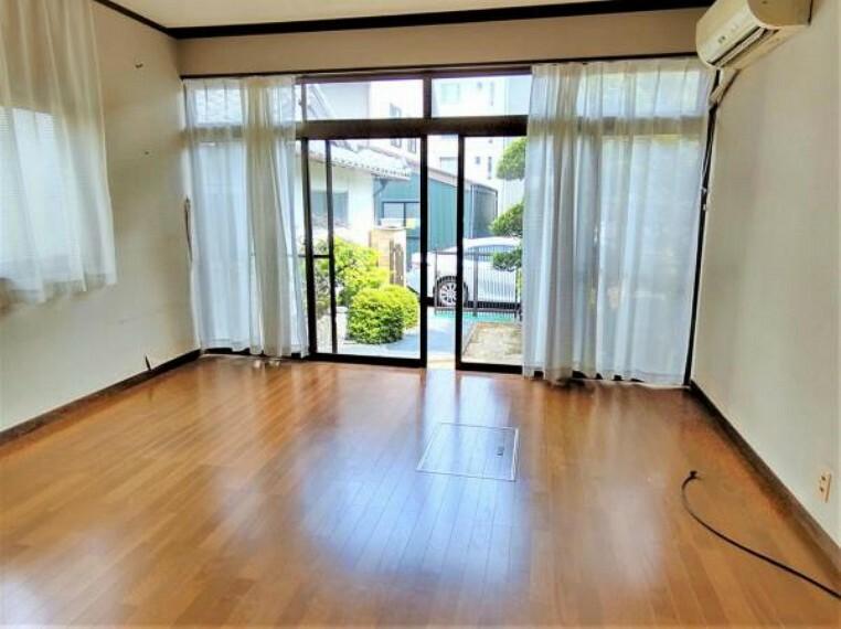 洋室 【リフォーム中】1階洋室の別アングルです。南側と東側に窓があり、二面採光なので明るく風通りの良いお部屋です。