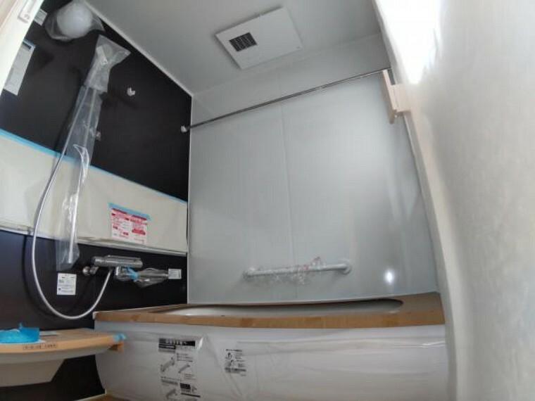 浴室 【リフォーム中】浴室はTOTO製の新品のユニットバスに交換しました。足を伸ばせる1坪サイズの広々とした浴槽で、1日の疲れをゆっくり癒すことができますよ。