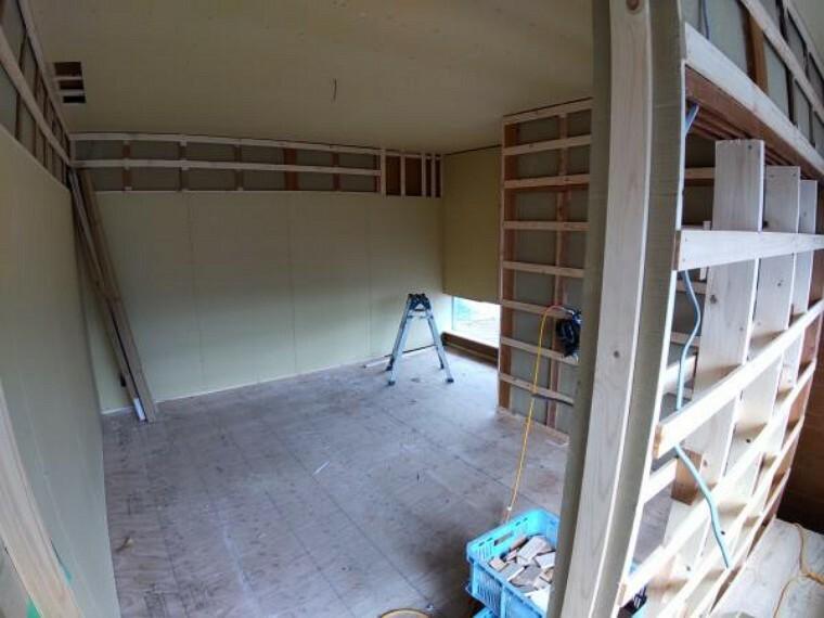 洋室 【リフォーム中】2階洋室2(約7畳)です。天井・壁はクロスを張替え、床はフローリングを張ります。