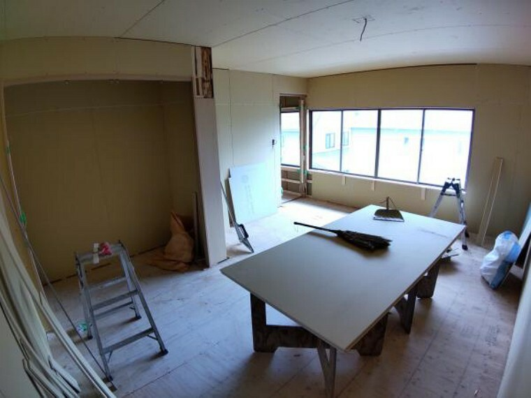 洋室 【リフォーム中】2階洋室3(約8畳)です。天井・壁はクロスを張替え、床はフローリングを張ります。クローゼットを新設しますのでお部屋をスッキリ使えますよ。