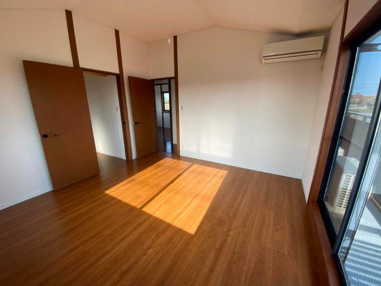 洋室 バルコニーに面する、2面採光の2階洋室です