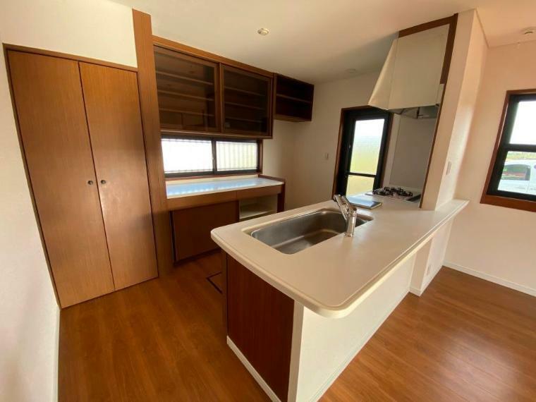 キッチン 大型の食器戸棚、食品庫、床下収納完備で、収納充実のキッチンです