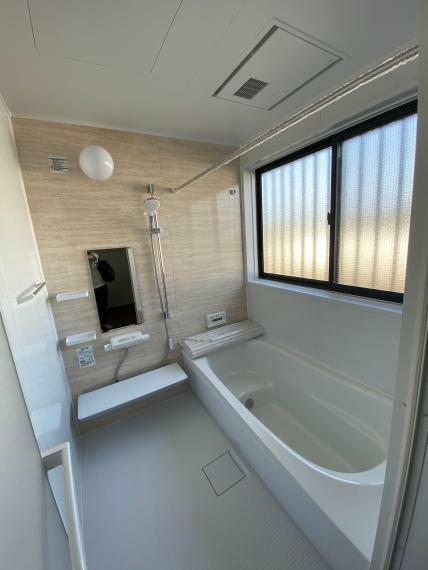 浴室 新品交換のユニットバスです。窓も大きく、ゆったりとした空間です