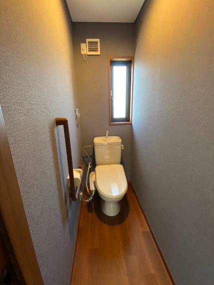 トイレ 窓付きで、明るい空間の1階トイレです