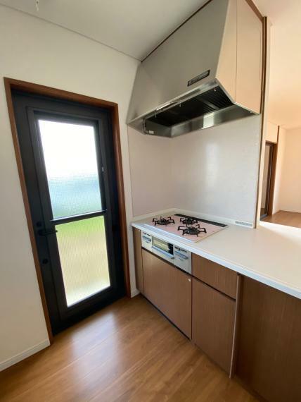 キッチン 勝手口もあり、風通しの良いキッチンです