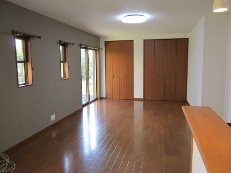 居間・リビング ●南面に広い明るいリビングは約21帖あります!●幅3.5mの収納付き!