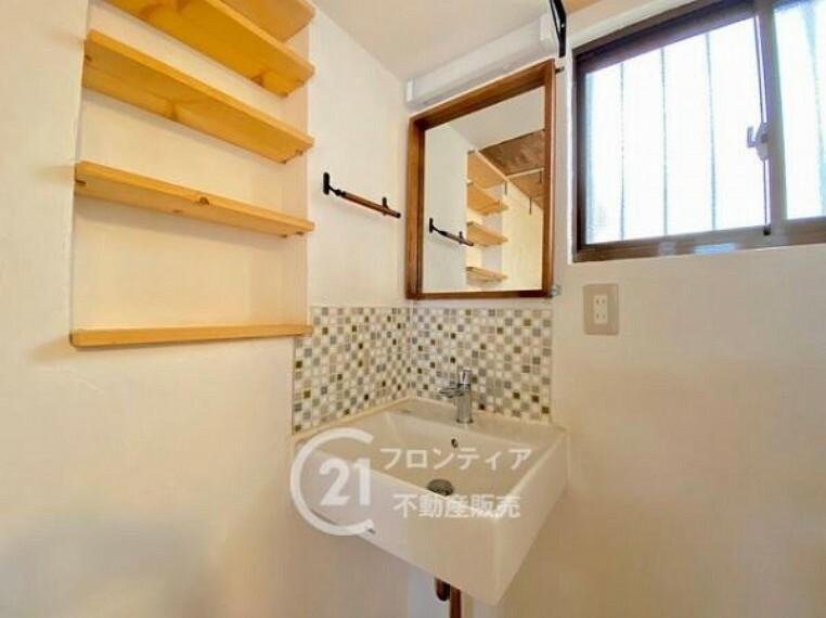 洗面化粧台 カラフルなタイルがおしゃれな洗面台