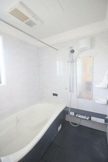 浴室 広いお風呂でお子さんと一緒にバスタイムも!足を伸ばして湯舟も入れるので、一日の疲れも癒せます。