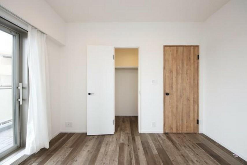 洋室 一日の疲れを取る主寝室は大型のベッドも配置が可能です。窓から注がれる光で家族とのコミュニケーションも明るくなりそうです。