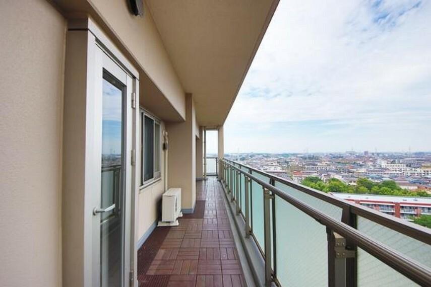 バルコニー お部屋周りがバルコニーに囲まれた開放感あるお住まいです!11階の為眺望も良好です!