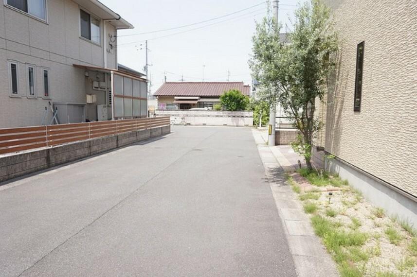 現況写真 生活道路はアスファルト舗装された約6mの私道です。真っすぐな広い道なので、駐車が苦手な方も安心です。