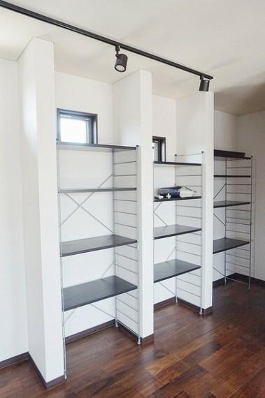 居間・リビング キッチンのすぐ横に収納棚があり、全体的に白を基調としたリビングは明るさと温かさを感じられます。