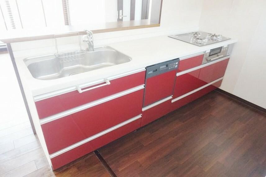キッチン リビングが一望できるオープンキッチンはお子様の様子を見守りながら料理ができる安心設計です。 大容量の収納スペースと食洗機も取り付けてあり料理が楽しくなりますね。