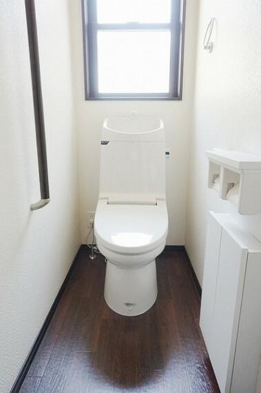 トイレ 温水シャワー付きトイレでいつも快適。壁付タイプのスリムなリモコンが付いています。手洗いも設置しており、トイレでありながら清潔で快適な空間です。