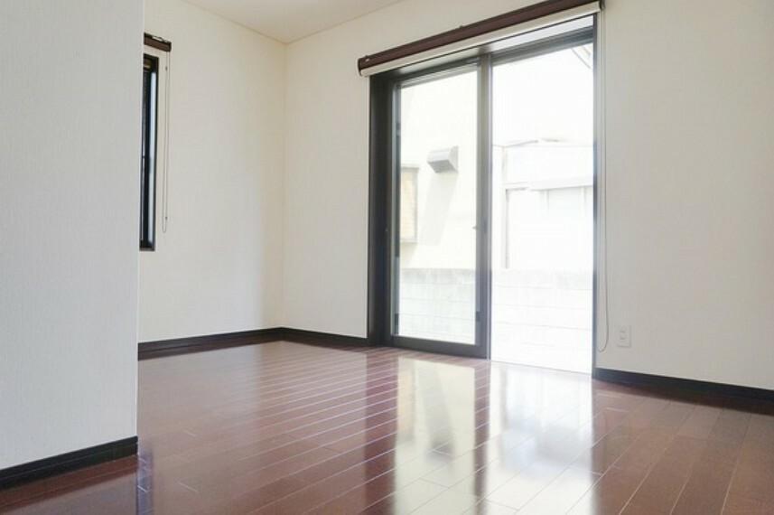 洋室 1階南東側洋室。2面に窓がありますので。明るさもしっかり確保して風通しもよい部屋になっています。収納もあり、子供部屋にも寝室にもピッタリ。