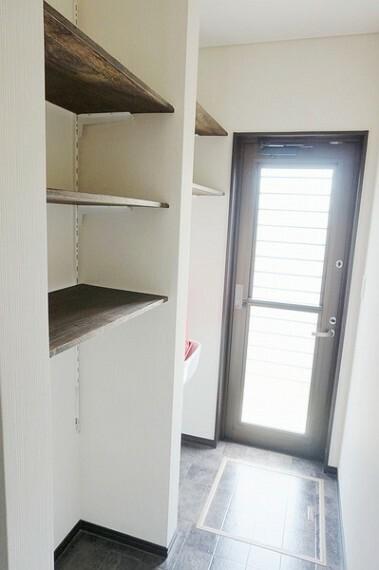 洗面化粧台 「脱衣所」は収納も棚も豊富で、広くスペースを確保しておりますので便利にお使い頂けます。