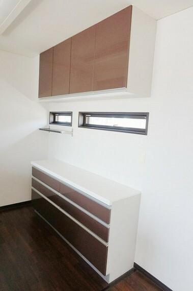 キッチン キッチンにはカップボードが備え付けられてます。食器類の整頓などに大変重宝します。