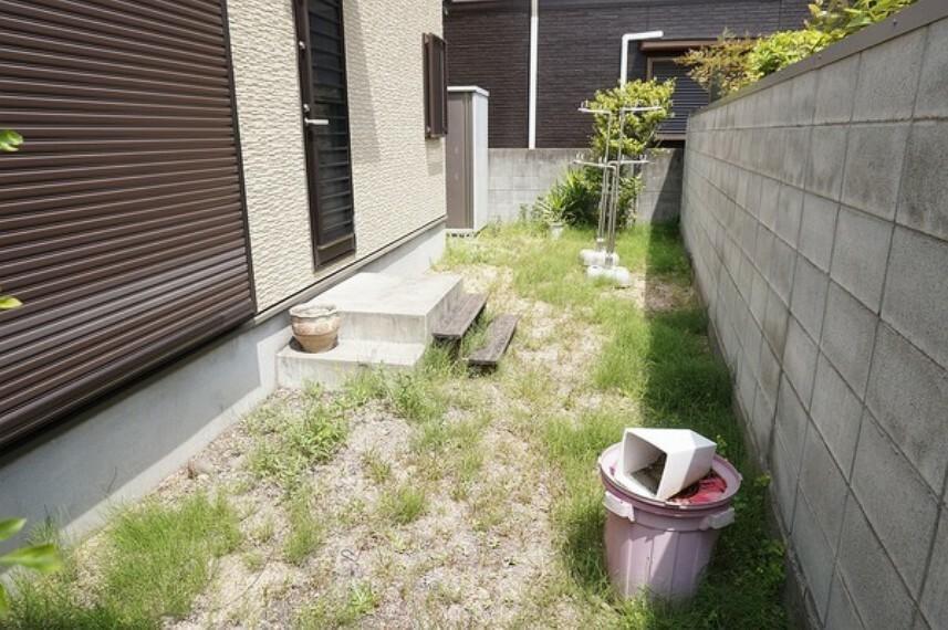 庭 南側に配置されたお庭は子供の遊び場や家庭菜園など用途は色々と利用できます。