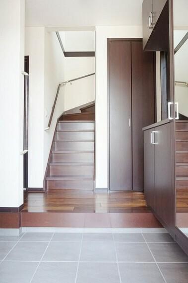 玄関 下駄箱の他にも収納スペースを完備。お出かけの際に羽織るコート等も掛けられるパイプハンガー仕様。