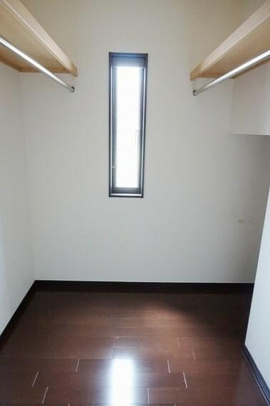 収納 寝室にはウォークインクローゼットが有り、日常のお洋服からコートまで大容量の収納スペースとなっております。