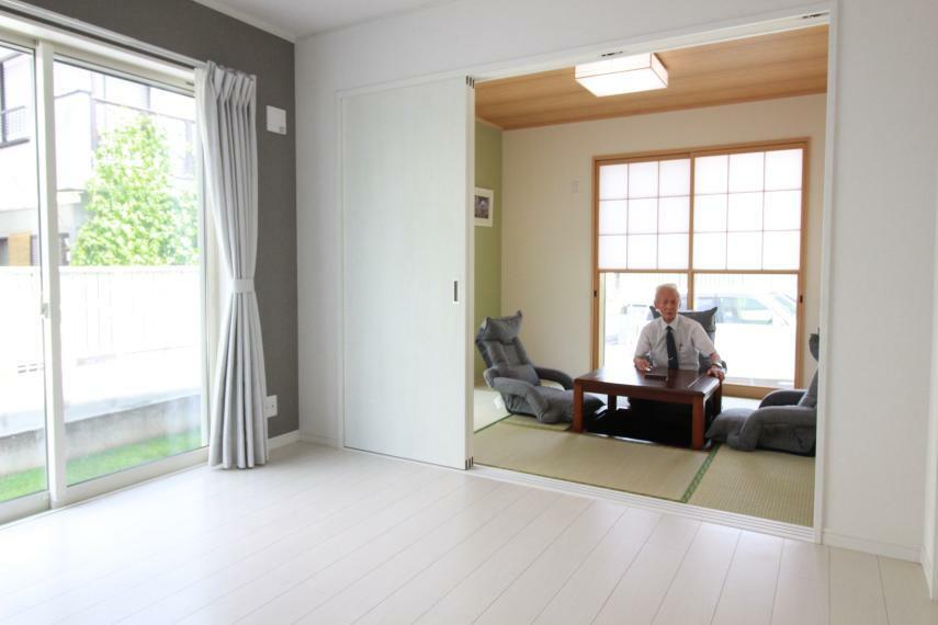 和室 【1F5.2帖和室+5.2帖洋室の2間続き部屋】 2間続きなので多目的に使えます。 和室には電気掘りごたつ、LED照明付 洋室にはWカーテン、LED照明付