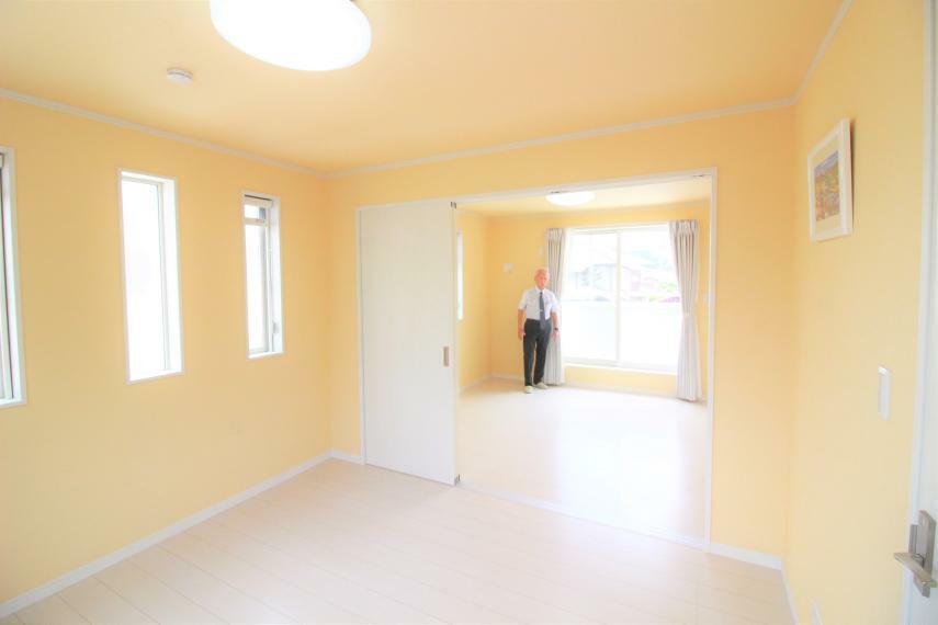 洋室 【2F2間続きの洋室約6帖×2】 約12帖のビッグルームとしても利用でき、多目的に使えます。 Wカーテン、LED照明付