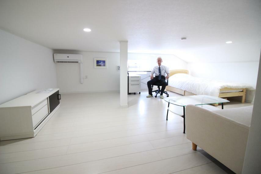 洋室 【約13帖中3F寝室兼書斎】天井高1m40 空気清浄機能付エアコン、家具一式付で快適に過ごせます。