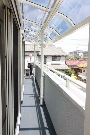 バルコニー 【2F南側6帖屋根付ワイドバルコニー】 屋根付なので急な雨でも安心です。