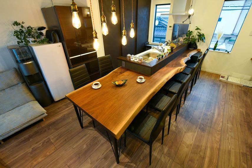 同仕様写真(内観) キッチンを囲む4mのテーブルは同社の天然木工房で選ばれた天然木で造作致しました。