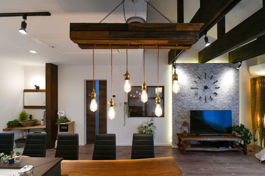 同仕様写真(内観) リビングと繋がる室内窓のある洋室。手洗いカウンターも天然木造作