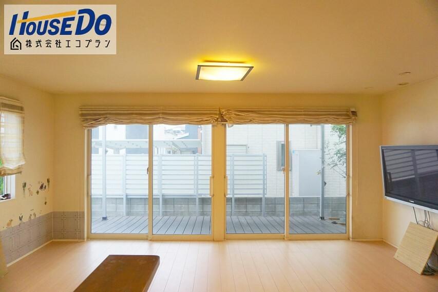 居間・リビング 床暖房付きの約20帖の広々リビング  陽当たりも良く明るく過ごしやすいリビングです! 生活スタイルに合わせて自由にレイアウトを 変更できるシンプルな間取りになっております