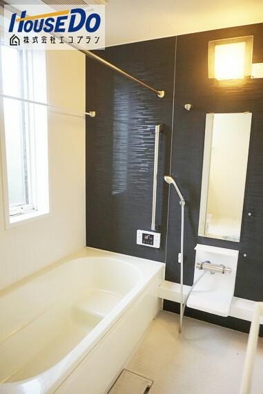 浴室 思わず長湯してしまいそうな広々浴室です  浴室乾燥機もついているので、 梅雨や花粉の時期にも大活躍ですね! 手すりもあり、小さなお子様や体調の悪い時でも安心ですね!