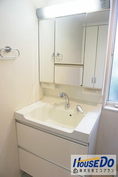 洗面化粧台 ゆとりのある洗面スペースはパパの朝の支度とママのお洗濯が重なっても混雑しません  三面鏡なので、髪の毛のセットも楽々  鏡の裏に収納になっているのでお掃除もしやすくシンプルに使用できますね