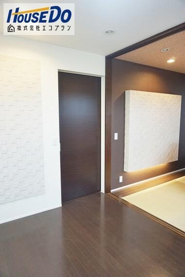 洋室 エコカラット付きの主寝室です  梅雨時期のジメジメや、窓まわりの結露など湿気を吸着してくれます! 更に室内の嫌なにおいを取ってくれる脱臭機能まで! デザインもおしゃれですね