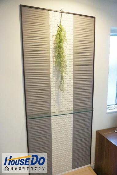 玄関 壁にはエコカラットが付いており、 デザインはもちろんのこと、 嫌なにおいを吸収してくれたり、 湿度をコントロールしてくれたりします