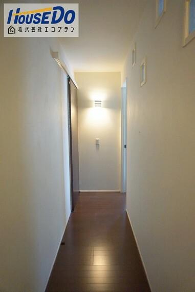 2階の廊下です! お洒落なライトが印象的ですね