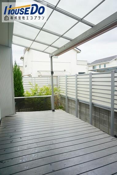 庭 南向きにウッドデッキがあり、 お洗濯ものを干したり、夏はお子様のプールなど楽しそうですね  屋根があるので急な雨にも対応できます!