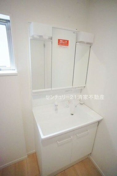 洗面化粧台 ワイドな鏡を備えた洗面化粧台(2021年06月撮影)