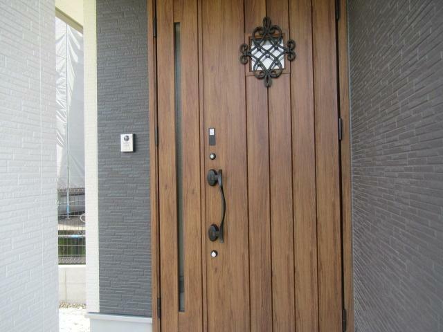 現況外観写真 おしゃれな玄関ドアです。鍵は、スマートキーです