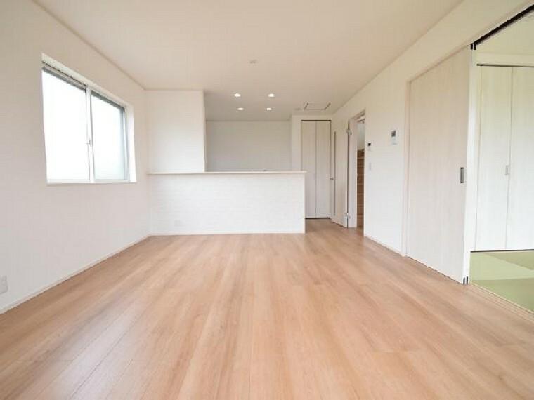 A号棟:リビング・・・15.5帖のリビングは、和室と続き間になっているので開放的な空間になっています。