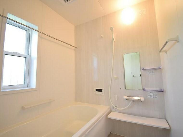A号棟:浴室・・・1坪タイプの浴室は浴室換気乾燥暖房機つきです。ランドリーパイプも付いているので雨の日のお洗濯も安心ですね!