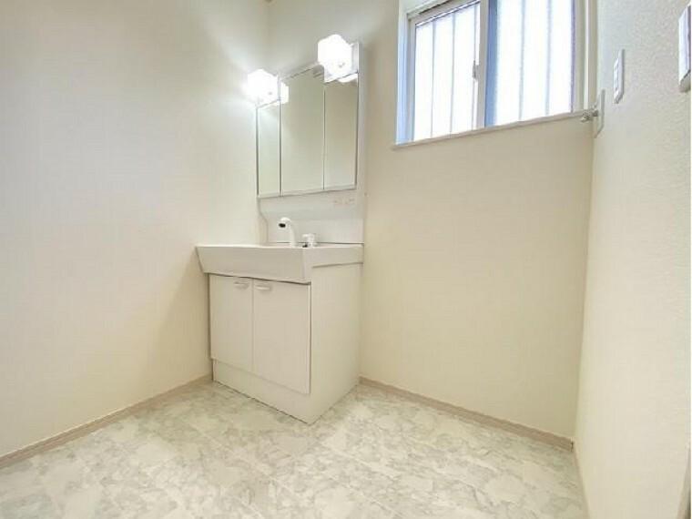 B号棟:洗面(同仕様施工例)・・・三面鏡の洗面化粧台はメイクの時などにぴったり。また三面鏡の裏は収納スペースとなっておりますので小物などを収納するのにピッタリです!